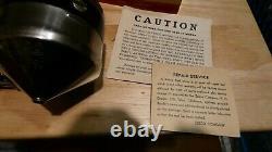 Bobine De Pêche De Spinner De Modèle 55 De Zebco De Cru Dans La Boîte Avec Le Papier